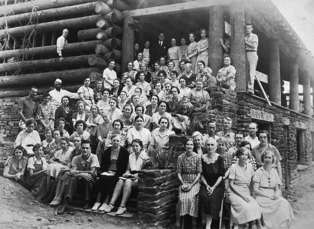 Students, instructors, staff, and visitors at the 1935 weaving institute.